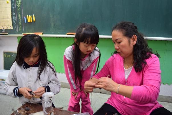 李大師的夫人隨堂一起幫忙試範教學。