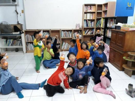 臺東孩子的樹屋孩童開心吃茂谷柑