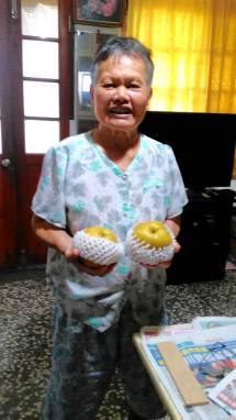 奶奶開心的收到雙連水梨