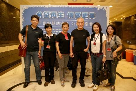 (左一)安致勤資公益信託社會福利基金 召集人林明輝先生、(左二)社團法人台灣原聲教育協會理事長 阿貫老師