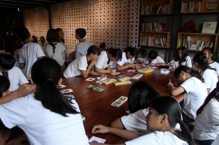 原聲合唱團小朋友集體書寫一人一封給日本政府的留言卡活動