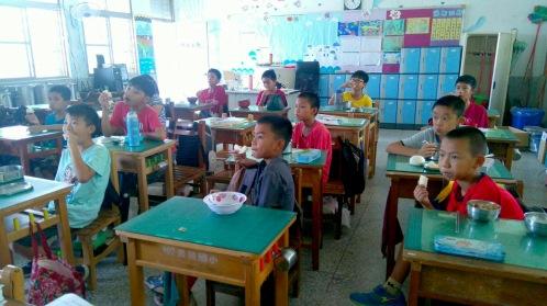 台東長濱國小學童開心享用新鮮雙連梨