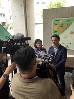 再生緣生物科技股份有限公司 謝宜玲董事長(左)、 中原大學企管系 李明彥助理教授(右)接受採訪