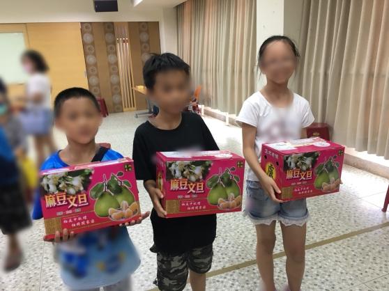 南臺南家扶中心小朋友開心收到文旦禮盒