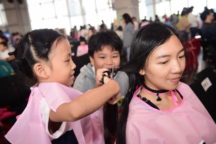8歲小男孩與媽媽一同蓄髮捐髮