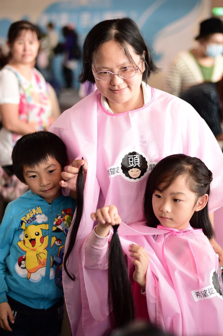 勇敢抗癌癌友攜伴小女兒一起捐髮