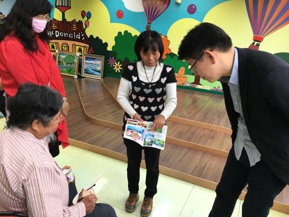 罕病病友家長謝媽媽和沈老師討論孩子創作與討教作畫技巧