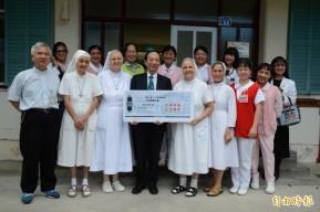 台東馬階醫院牧師潘稀祺(前排左一)畫教堂,經過近3個月的義賣,終於募足款項,款項捐給關山聖十字架療養院。(記者王秀亭攝)引用自:自由時報